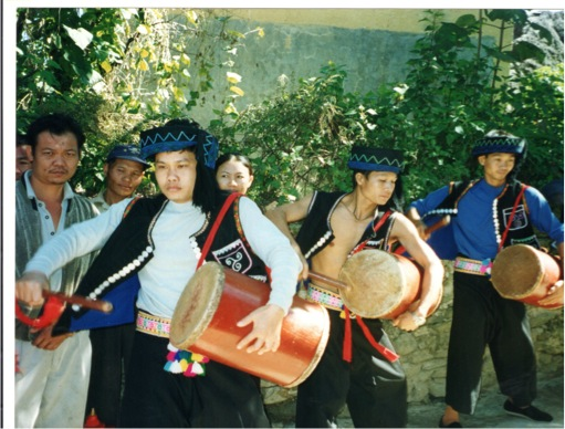 The members of the visiting delegation were welcomed by crowds standing along the streets, including a group of young men beating drums, shown in the picture.